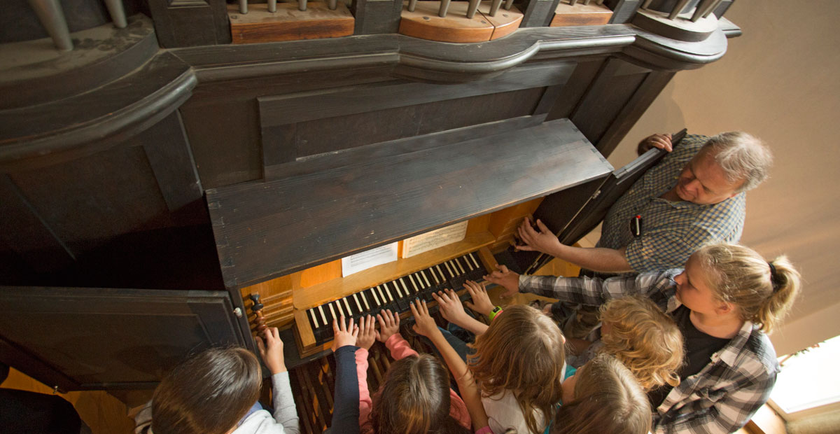 KönigsKinder vor der Orgel von oben