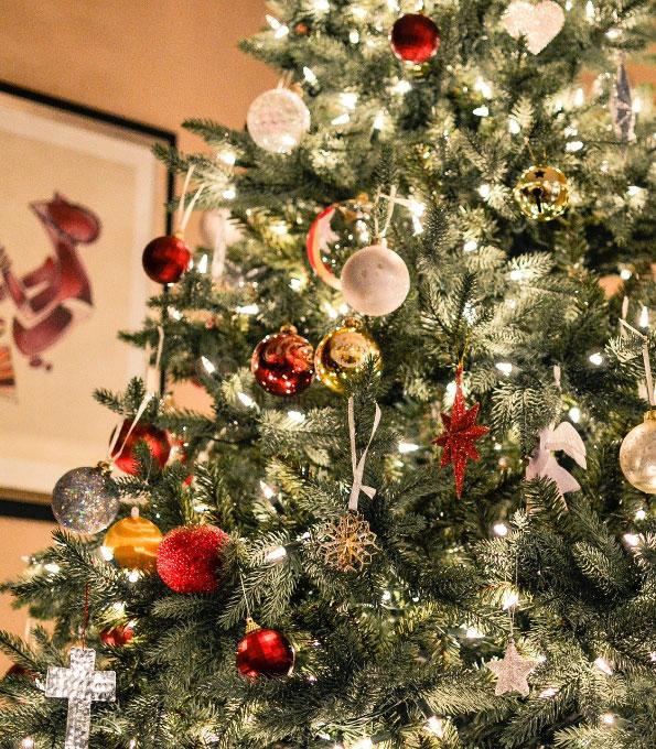 Bunt geschmückter Weihnachtsbaum