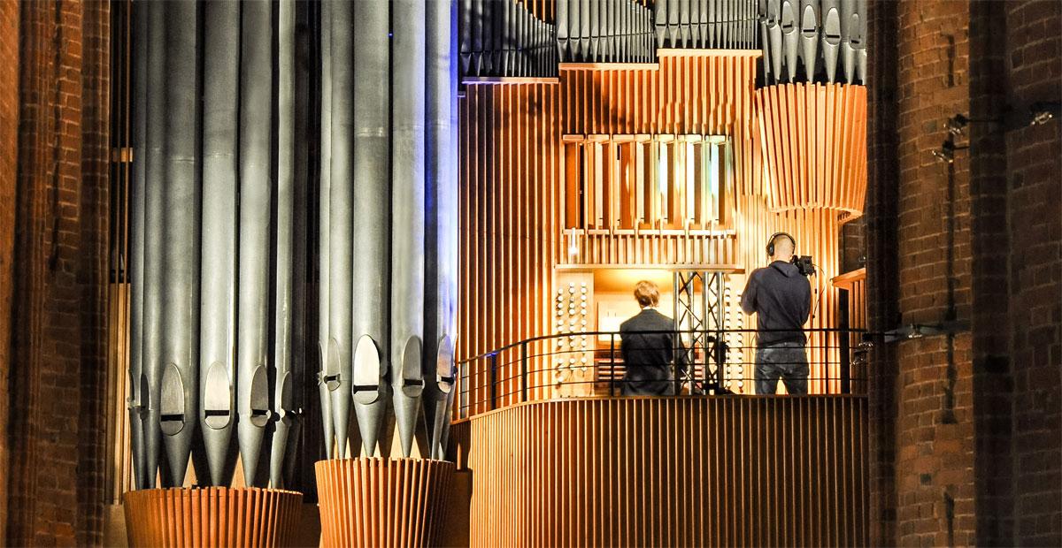 Ulfert Smidt an der Goll-Orgel in der Martkirche zu Hannover
