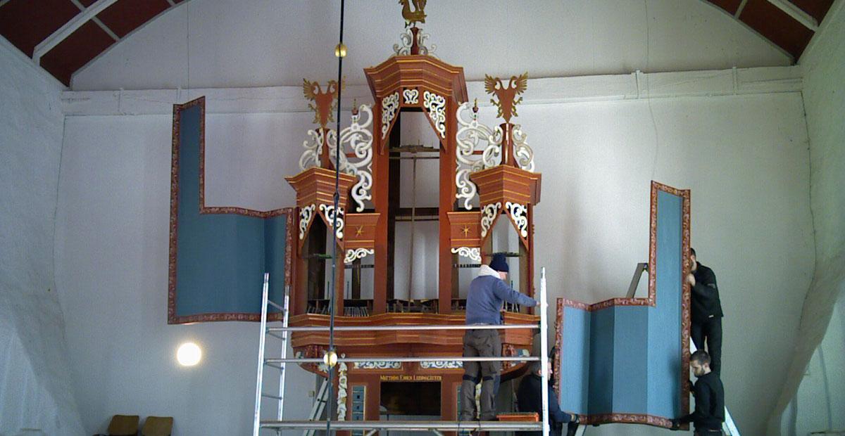 Abbau der Orgel in der reformierten Kirche Uttum