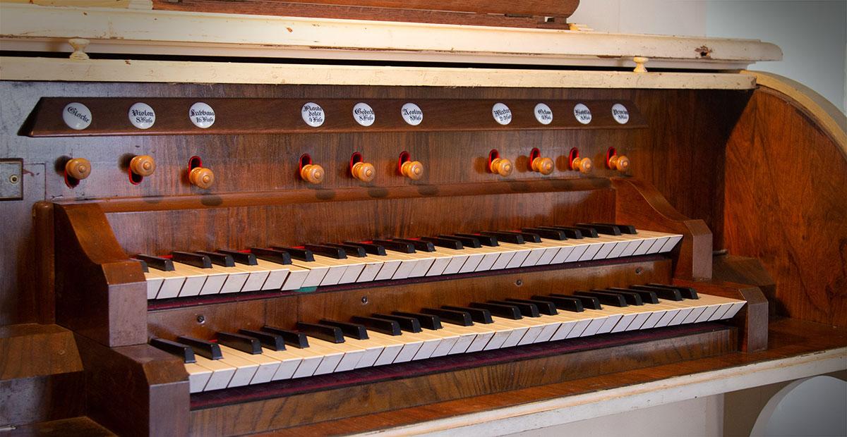 Spieltisch der Dinse-Orgel von 1900 in der Dorfkirche Bentwisch (Brandenburg). 2021 von der Stiftung Orgelklang gefördert