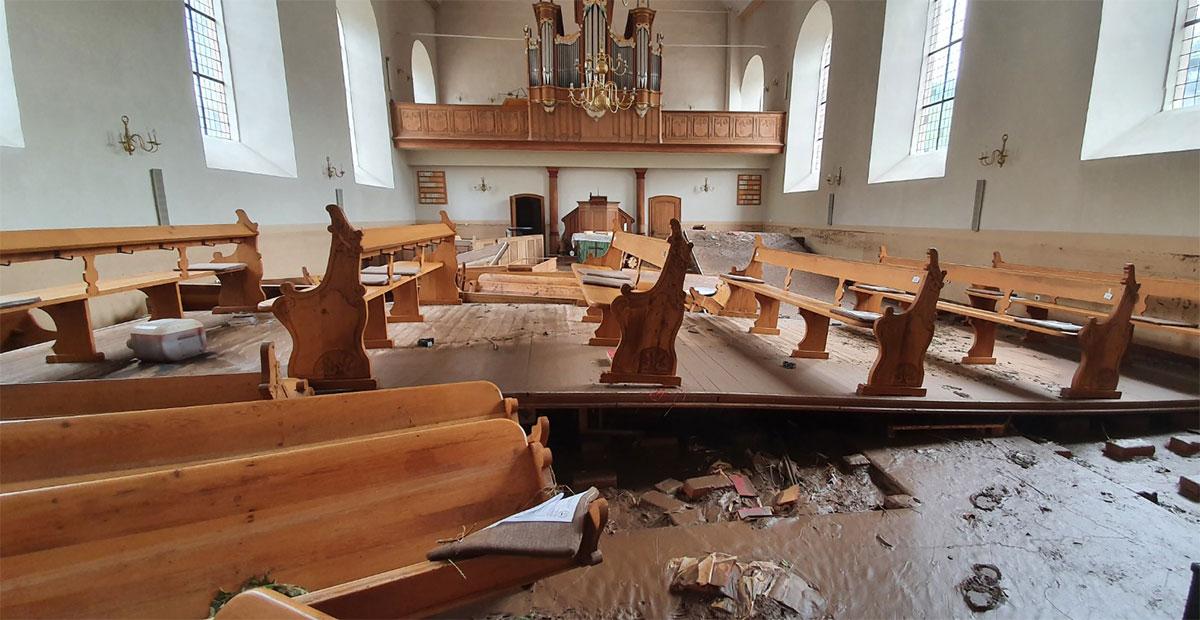 Die starke Strömung hat das Mobiliar der Kirche Gemünd (Kreis Euskirchen) zerstört.